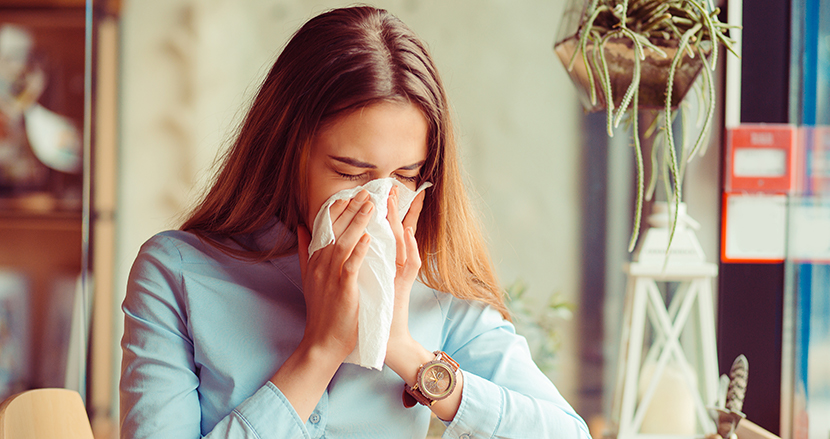 くしゃみを手で抑えるのは間違い? インフルエンザ感染を防ぐ「咳エチケット」が話題