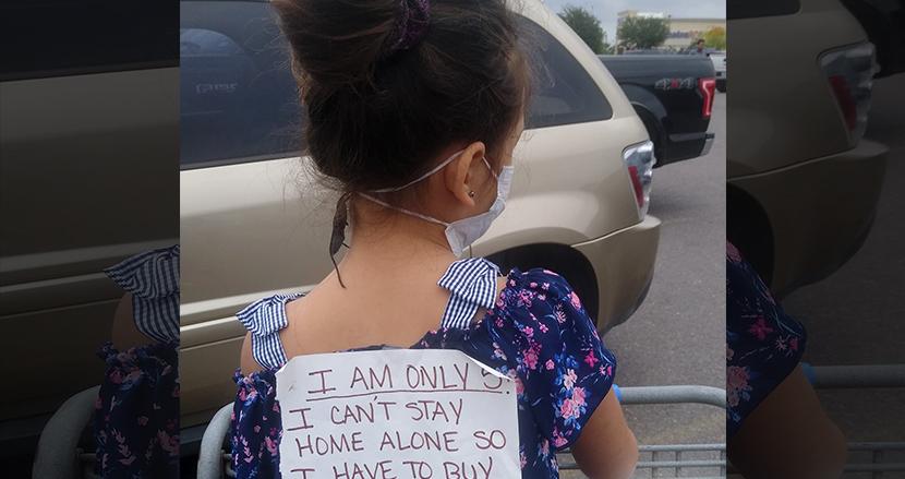 「私は5歳で、一人で留守番できません」シングルマザーが娘の背中に張り紙。批判を先制シャットアウト