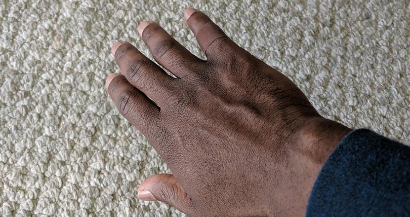自分の肌に馴染む絆創膏に出会った黒人男性が感動の涙。日常の「当たり前」に潜む差別に気付かされる
