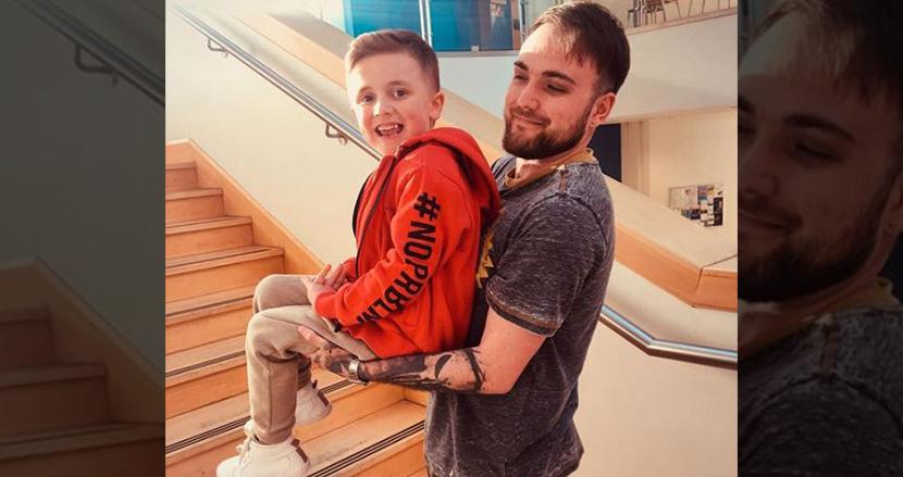 筋ジストロフィーの息子の電動車イス募金のため、超高所恐怖症の父親がスカイダイビングに挑戦