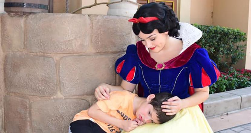 パニック発作を起こした自閉症の少年を、白雪姫が優しく介抱。米国ディズニーの感動エピソードがSNS上で喝采