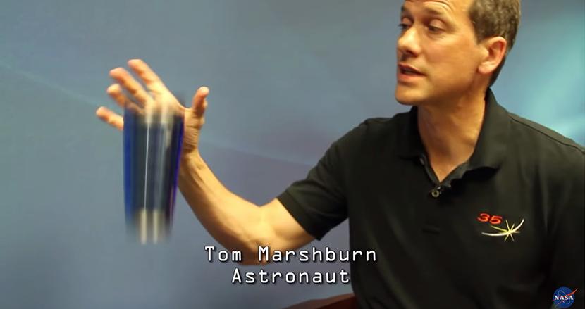 地球に戻ってきた宇宙飛行士が、重力を忘れモノを落としまくる動画が面白すぎると話題!