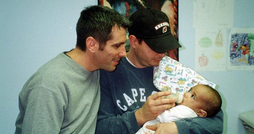 20年前、男性カップルはNYの地下鉄で赤ちゃんを拾った。その子は現在、カップルの息子として大学生に成長