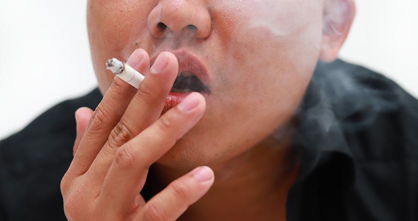 「女なら言われなくても火くらいつけないと」タバコを咥えた時代錯誤なおじさんがSNS上で批判殺到