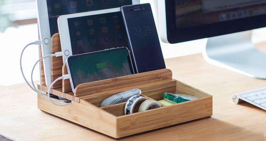 スマートにスマホやタブレットを充電できる竹製充電ステーション