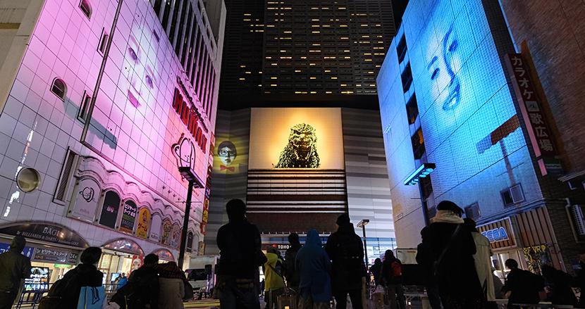 ビルに巨大な顔が投影されて歌舞伎町をジャック。光の彫刻家・髙橋匡太が「たてもののおしばい」で成し遂げたかったこと