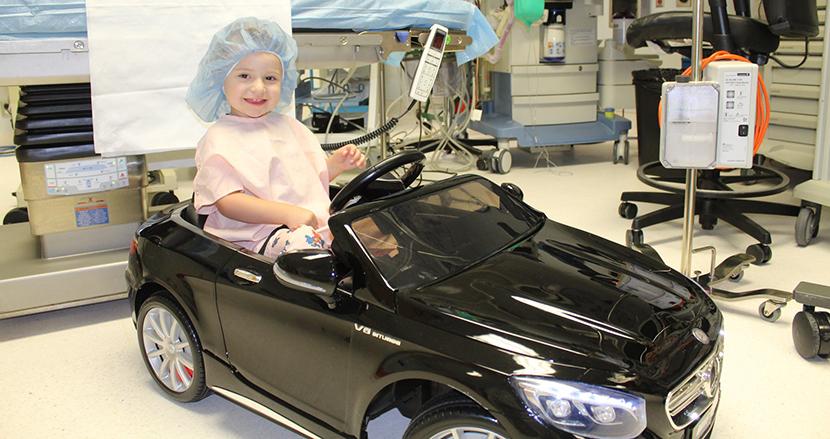 憧れのミニカーを自ら運転し手術室へ。手術を受ける子どもたちをリラックスさせる病院の取り組みが話題