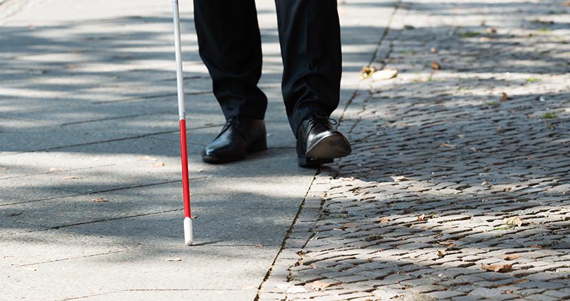 もっと知られるべき! 白杖を頭上に掲げていたら、目の不自由な人が「困っています」のサイン