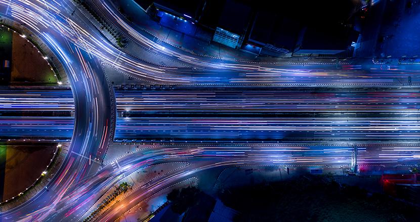 走行中にワイヤレス充電可能な道路の開発プロジェクトが米国インディアナ州で進行中。電気自動車の普及に後押し