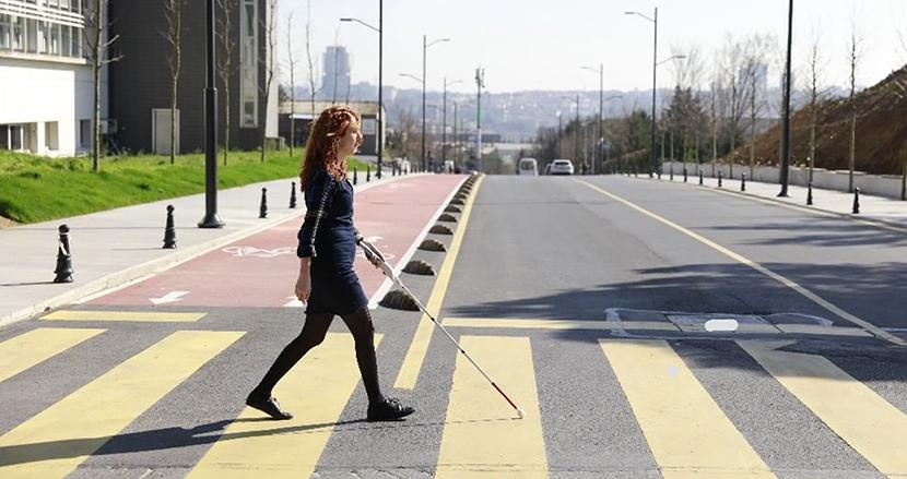 Googleマップと連動し、音声で道案内するスマート白杖「WeWALK」が革新的。目の不自由なエンジニアが開発