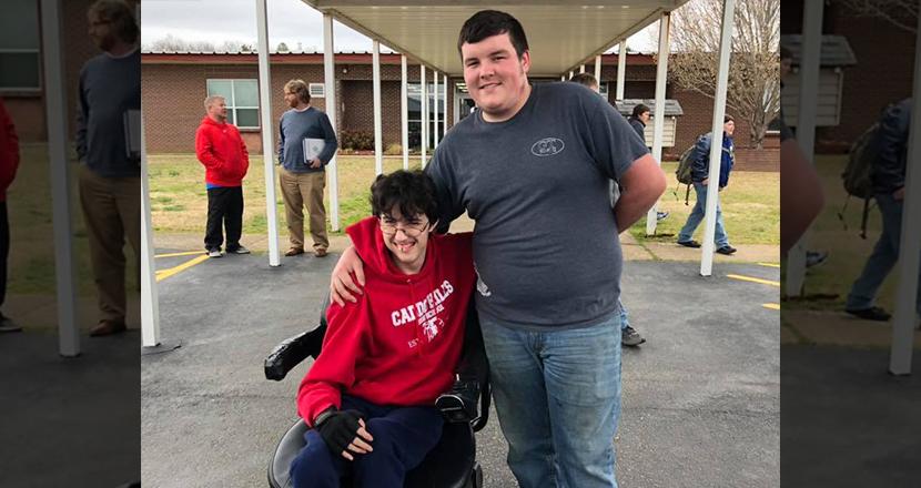 親友のために2年間アルバイトをし、電動車イスをプレゼントした高校生。2人の深い絆に思わず涙
