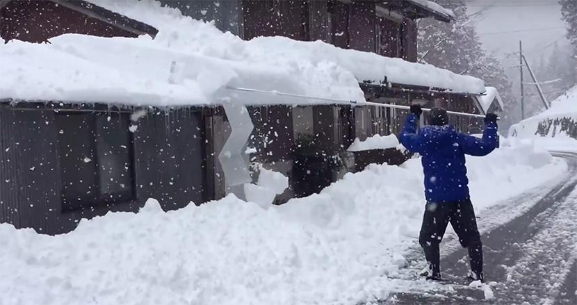 高齢者も簡単に使える!岐阜県の移住夫婦が考案した「雪下ろしグッズ」がスゴいと話題